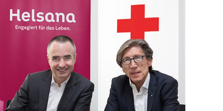 Daniel H. Schmutz, CEO of the Helsana Group, and Thomas Heiniger, President of the Swiss Red Cross, at the signing of the contract.